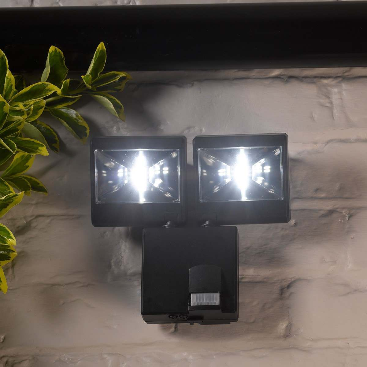 led outdoor battery operated security light with pir motion sensor. Black Bedroom Furniture Sets. Home Design Ideas