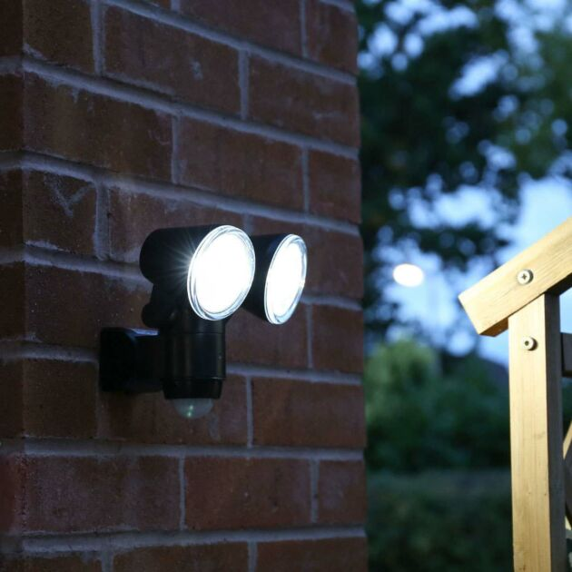 Outdoor Battery Security Twin Head Spot Light with PIR, White LEDs